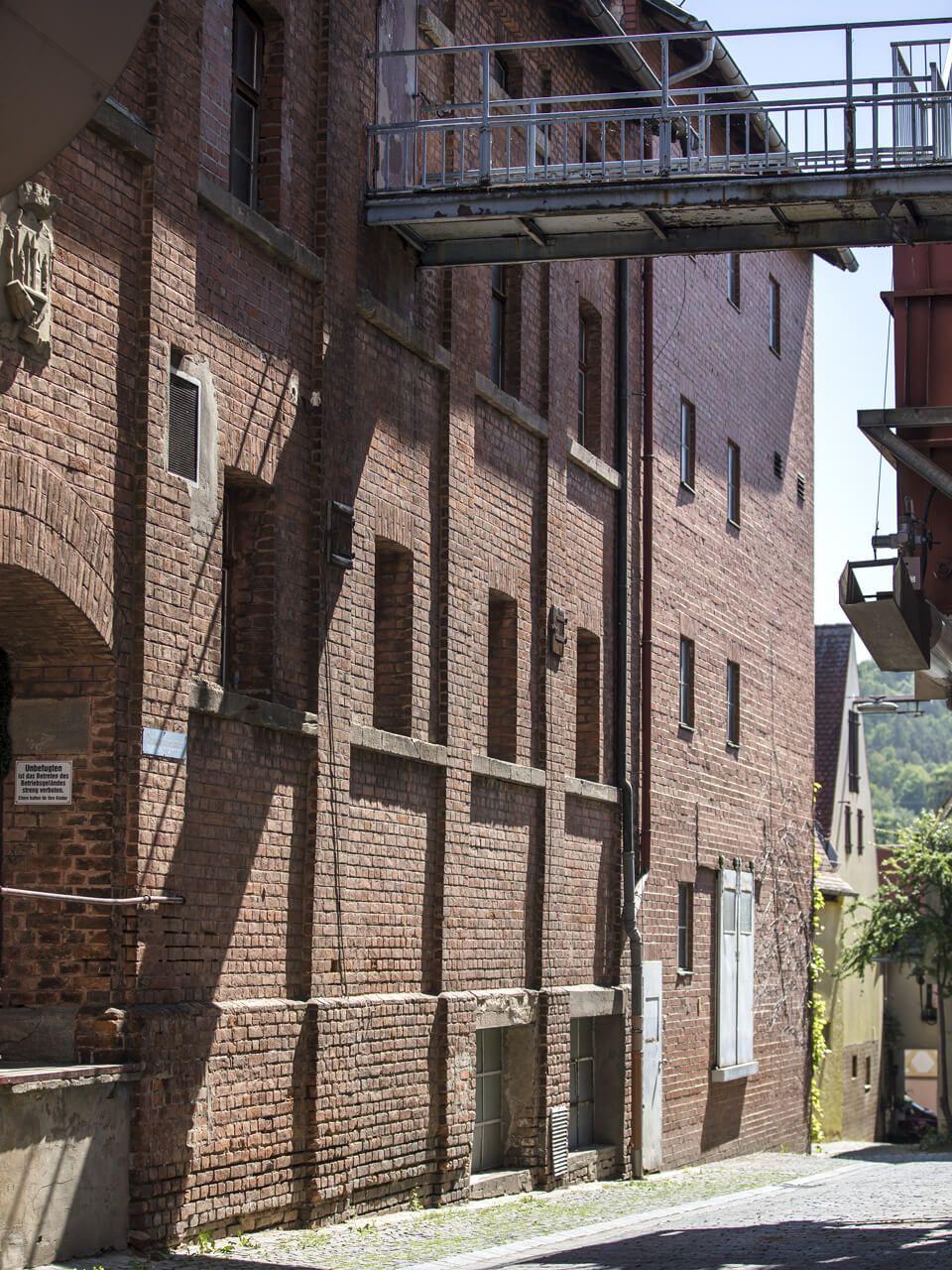 Die Mälzerei: Ein stattliches Gebäude ist die ehemalige Mälzerei. Hier wurde bis 1990 Braugerste zu Malz verarbeitet.