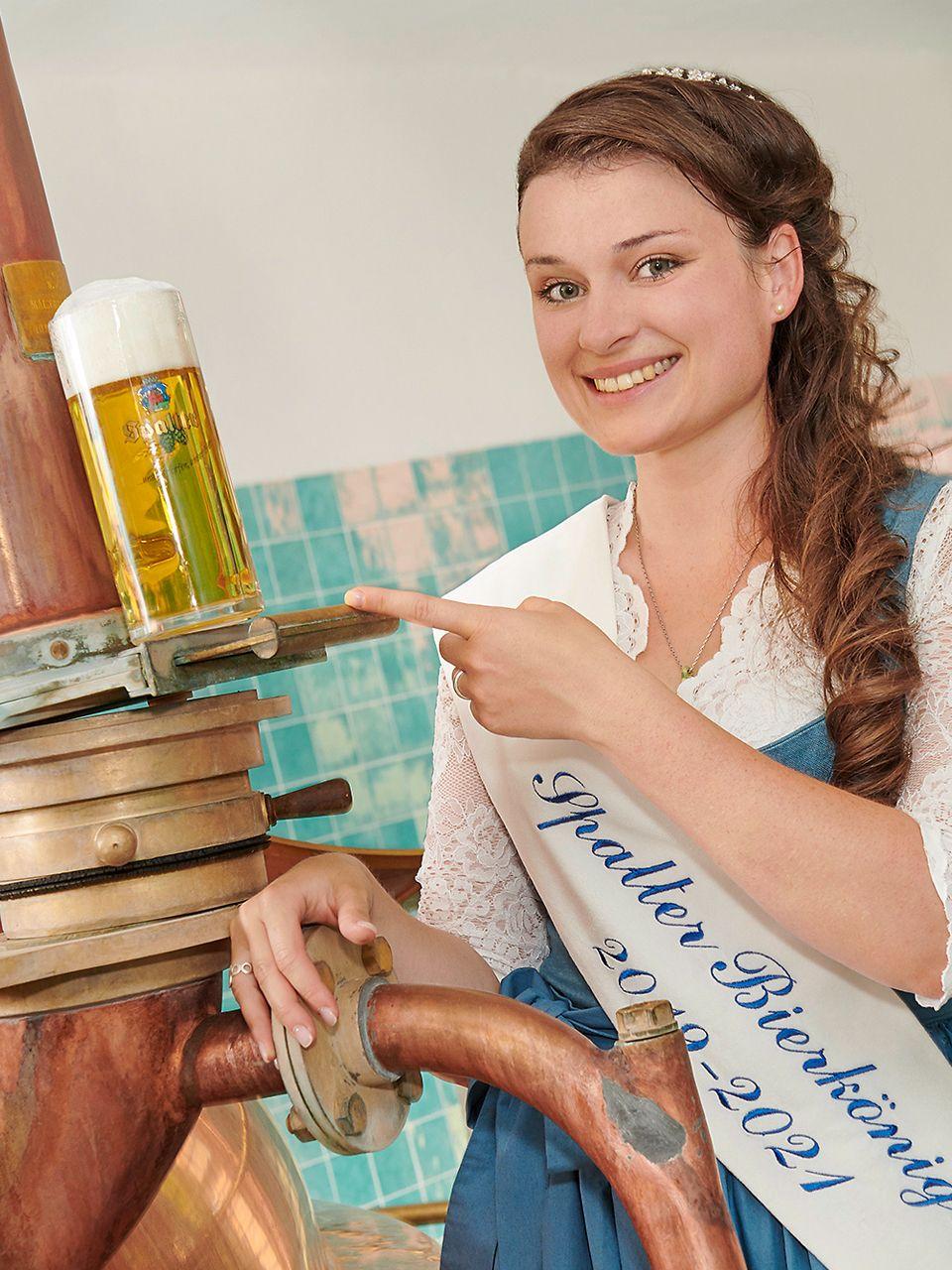 Unsere Bierkönigin im Sudhaus der Spalter Brauerei